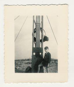 Vor dem Gipfelkreuz des Hochschwab im Jahr 1955. Hat Vati mit der Agfa-Balgenkamera aufgenommen. Sind wegen des Geschäfts immer getrennt auf Urlaub gefahren: Vati und ich, Mutti und Schwester.