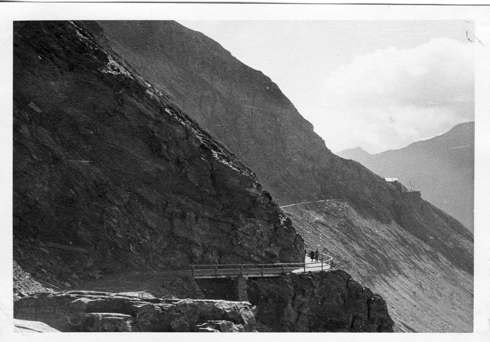 Der Weg führte dem Gletscher, der Pasterze, entlang, damals...