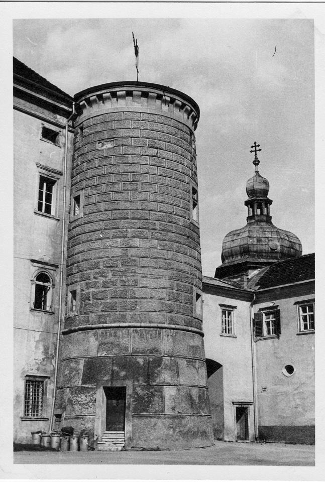 Sehr eindrucksvoll - ein Eck-Turm des Schlosses Porcia...