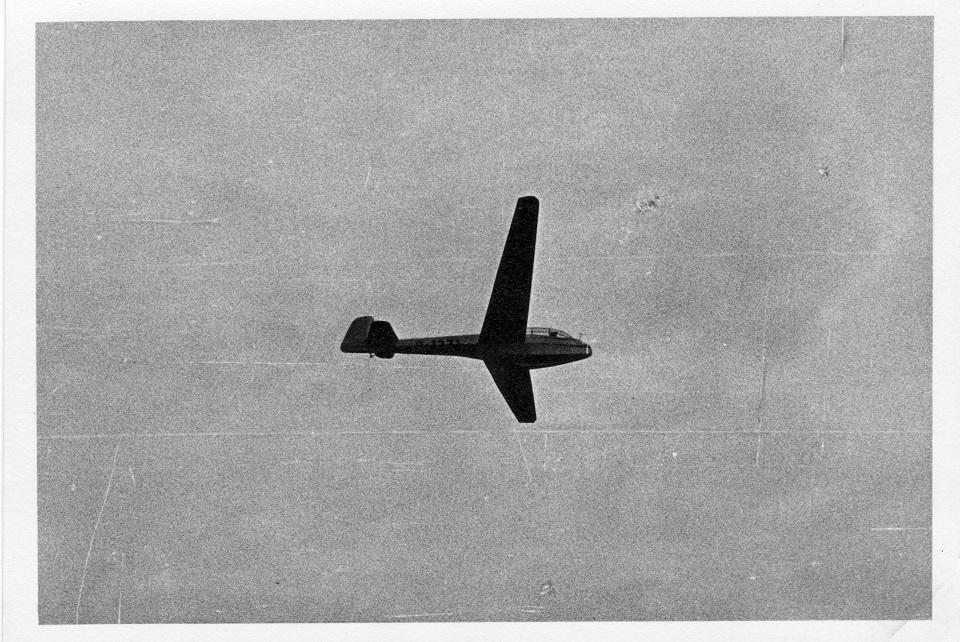 Das selbe Segelflugzeug. Noch einmal. Das fliegt wirklich ohne Motor! Und Betriebsmittel!