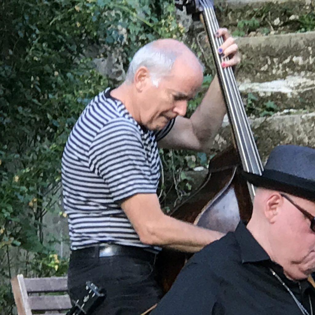 Peter Herbert am Bass. Im Vorhof von Schloss Neuberg
