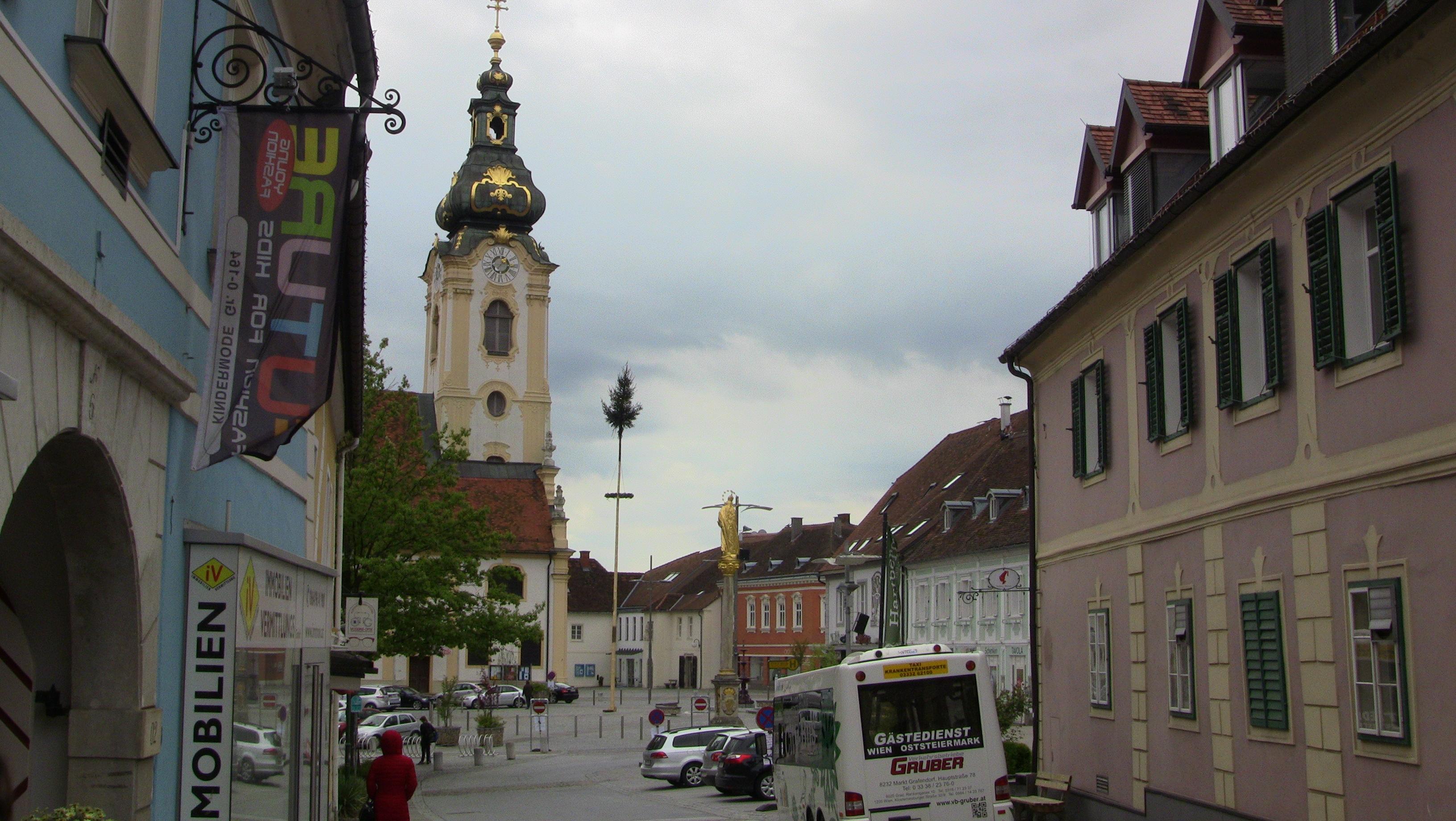 Maibaum, Kirchturm und Hauptplatz von Hartberg