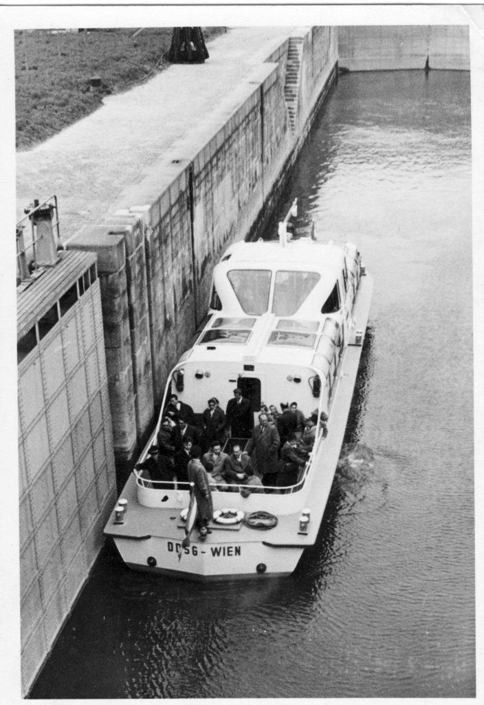 Die Fahrt durch die Schleuse zum Donaukanal.