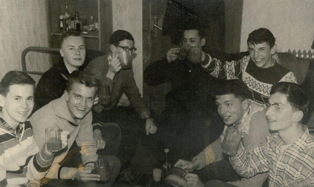 In Saalbach-Hinterglemm. Schulskikurs 4. Klasse 1959 in Saalbach-Hinterglemm, auf einem Hof in Nordhanglage. Haben uns Punsch gemacht. Die Schulkameraden von links nach rechts: Wutte, dann einer der irgendwo am Hafnerriegl gewohnt hat, Seewann von der Papier- und Spielwarenhandlung Herrengasse/Hauptplatz, Metzler, Lienhart, ich, Pöschl und Wagner.