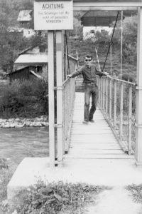 Meinrad Nell auf der Hängebrücke über die Enns.