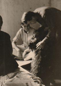 """Elizabeth """"Babbette"""" Bazelly, Meinrad Nell und Hund Prinzi."""