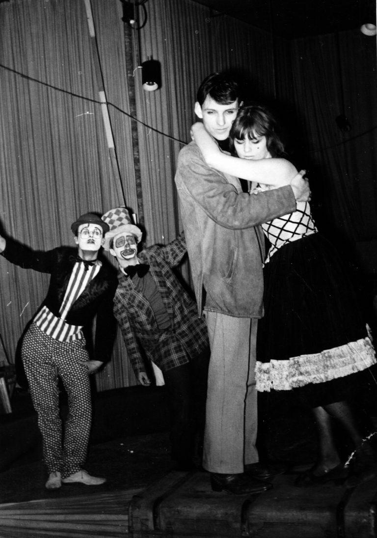 """""""Darf ich mitspielen"""" von Marcel Achard. Den Clown ganz links spielte Kollege Hartwig, so ich mich recht entsinne, den rechts gab Klaus Kemetmüller, der auch Regie führte. Die Dame in meinen Armen ist Inga Weber, damalige Freundin von H.C. Artmann, spätere Frau und Ex-Frau. Sie domizilierten in der Gegend des berühmten Glockenspielplatzes. Da spielte ich also schon ganz intensiv mit."""
