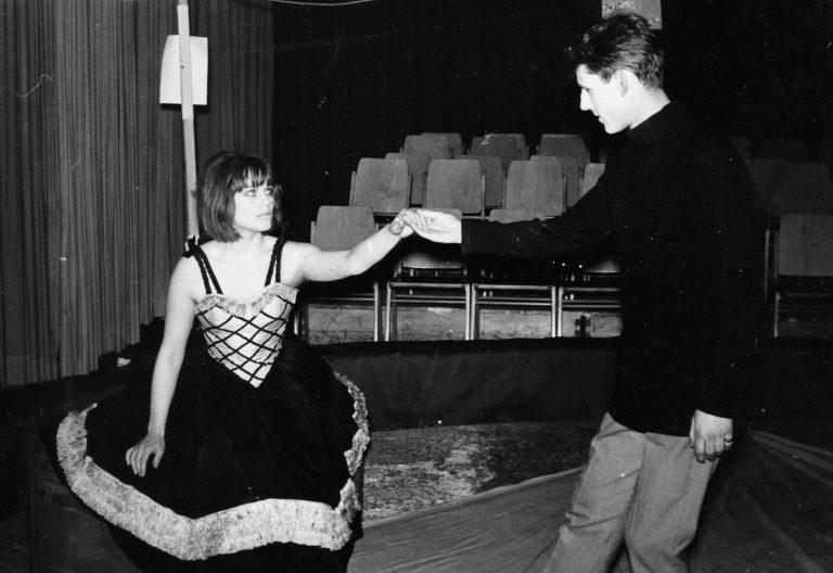 """Inga Weber und Meinrad Nell im Zirkusrund des Forum Stadtpark. Die Gender-Problematik wurde damals schon von Marcel Achard angespielt. Heute eine sehr berührende Dramatik. """"Darf ich mitspielen?"""" in den 60er-Jahren in Graz."""