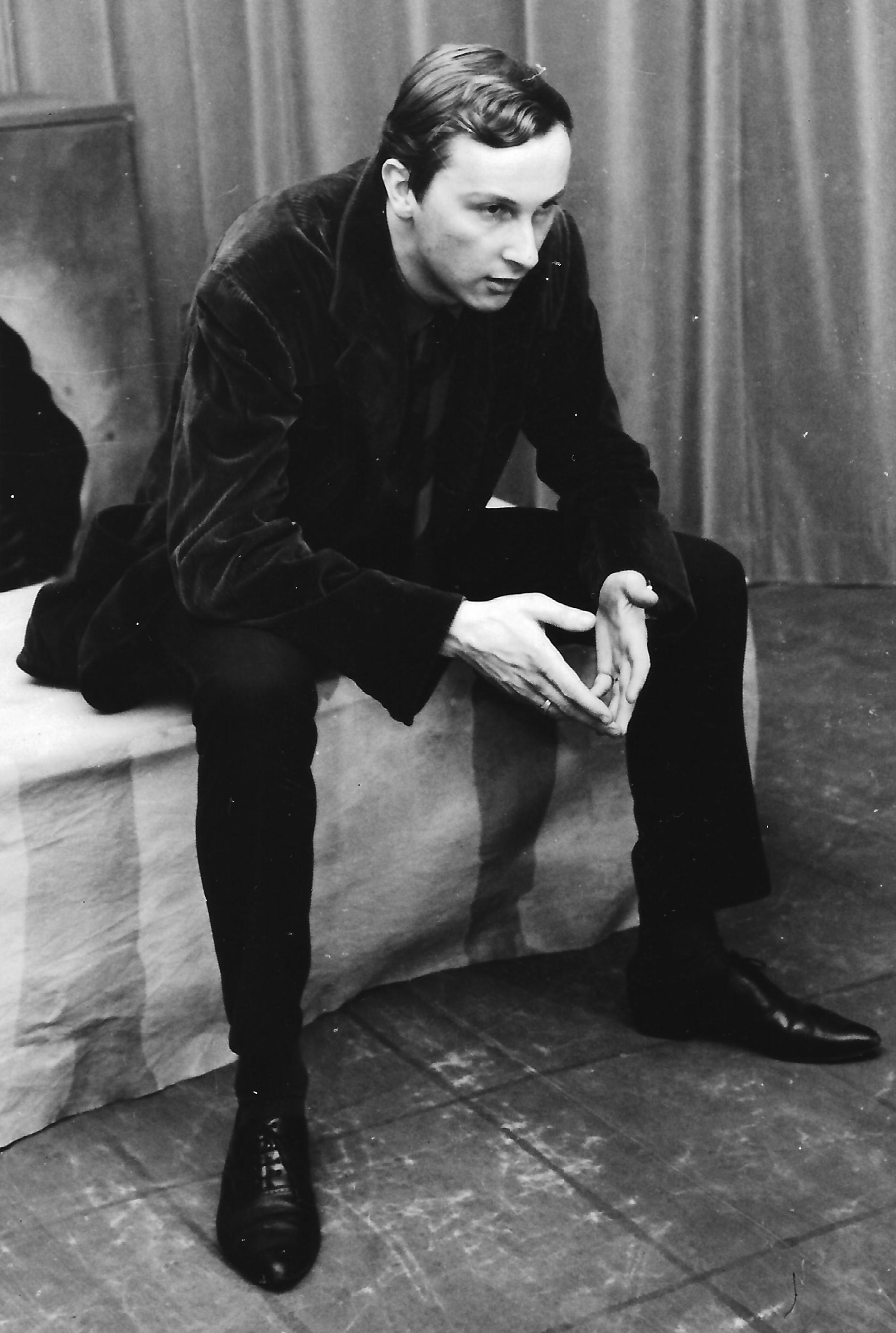 Dieter Dorner auf der Studiobühne im Palais Meran. Er versuchte sich damals in der realitätsbezogenen Umsetzung eines klassischen Monologs. Welcher das genau war daran kann ich mich leider nicht mehr erinnern - Clavigo?