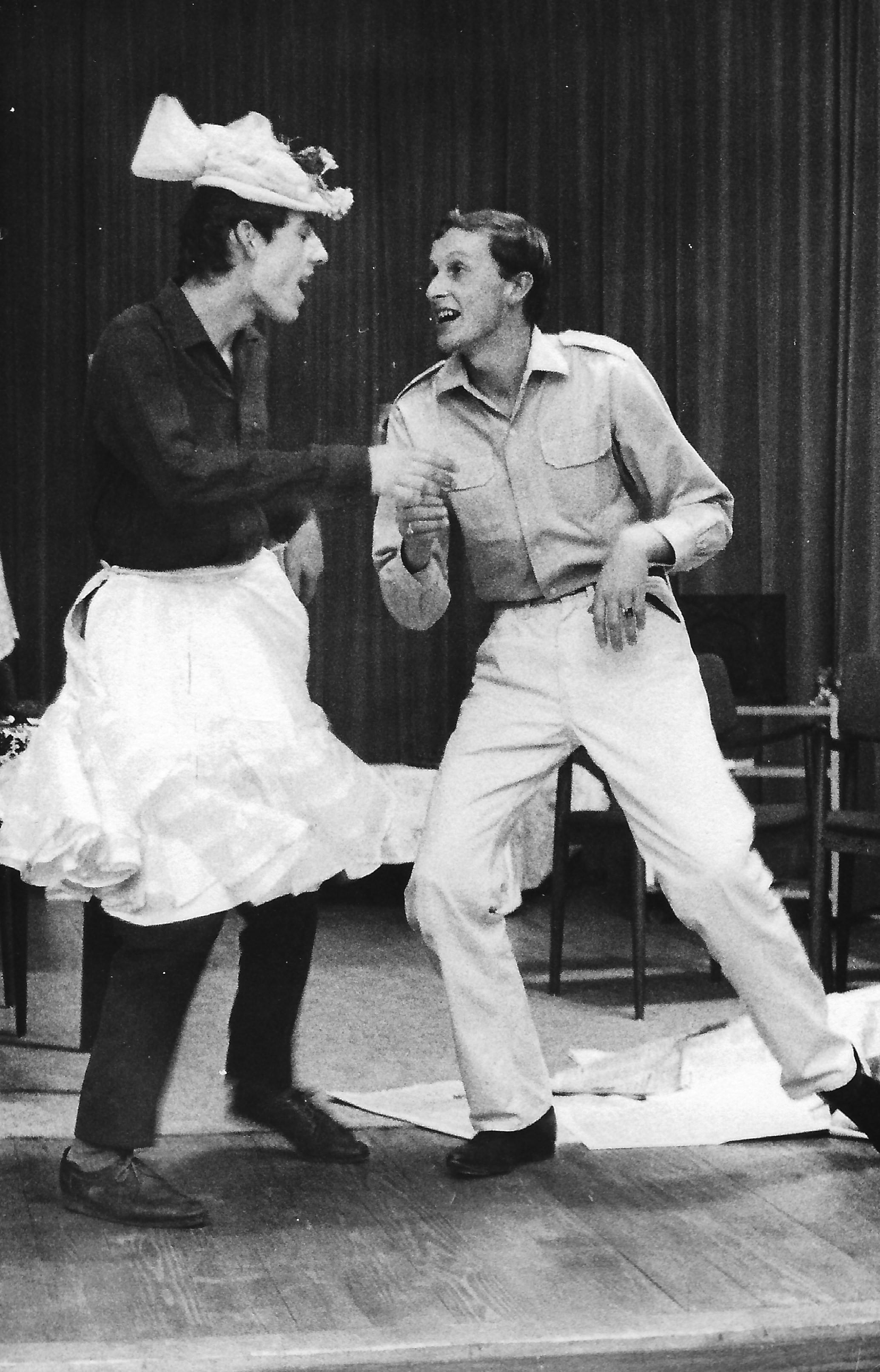 """Cliff und Jimmy in übertriebener Ausgelassenheit. Meinrad Nell und Dieter Dorner auf der allerersten improvisierten Bühne des Palais Meran. Damals war die Kunst-Universität noch ganz einfache """"Akademie""""."""