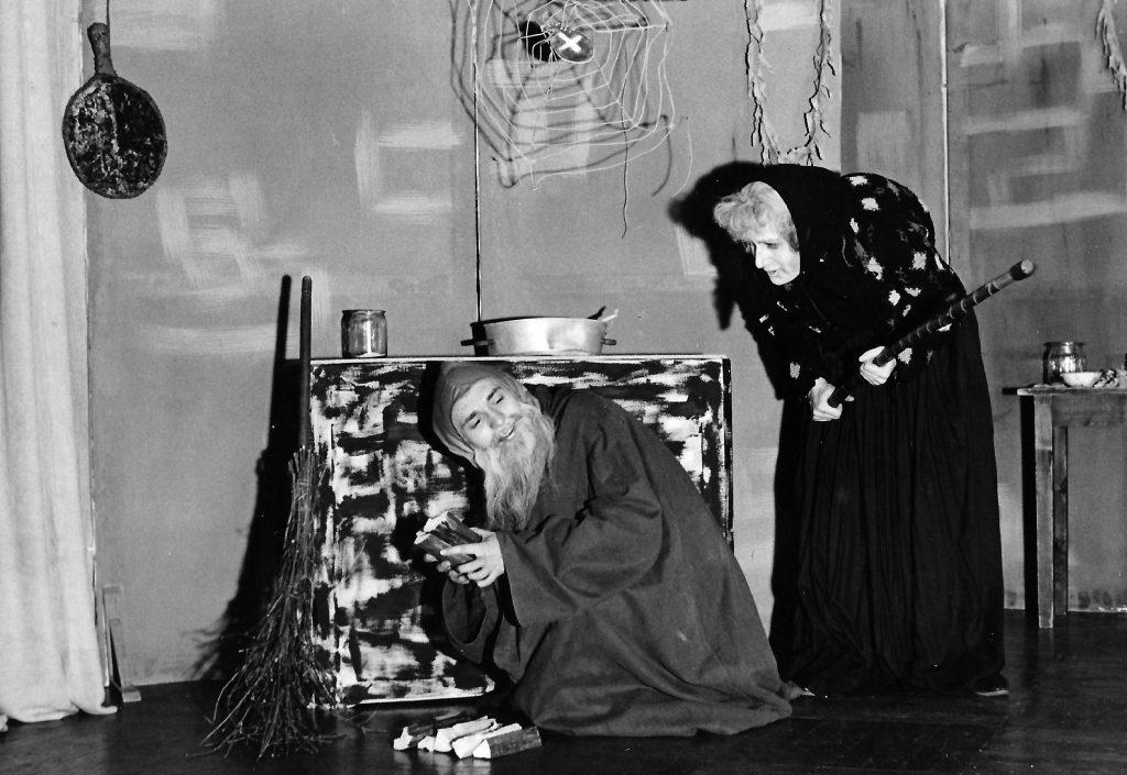 """Das """"Junge Theater Graz"""": """"Prinzessin Wunderhold"""". Erich Göller als verzauberter Prinz und Zwerg. Barbara Schemeth als böse Hexe."""