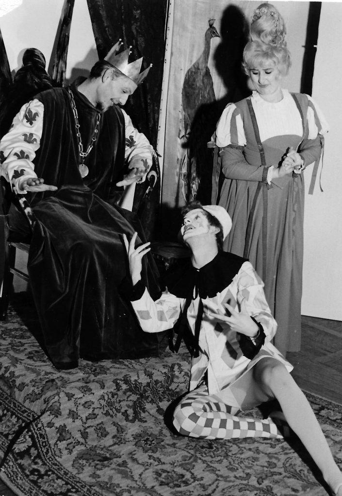 """Das """"Junge Theater Graz"""" mit """"Prinzessin Wunderhold"""": Meinrad Nell als König, Elisabeth Wondrak als Gouvernante und Franz Haindl als Hofnarr."""
