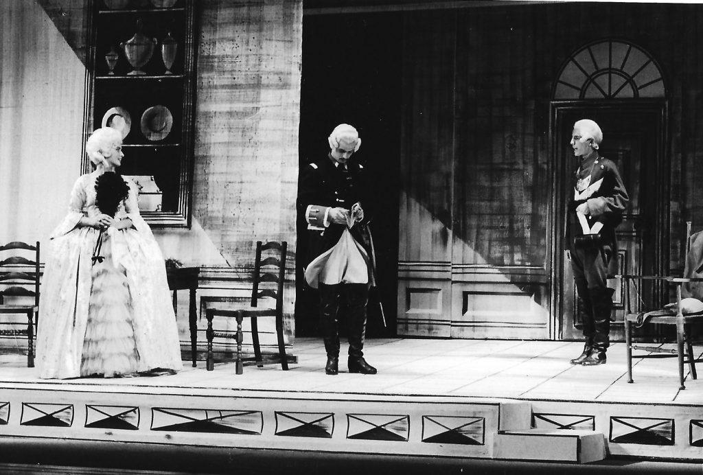 Ilse Knoll als Minna von Barnhelm, Herbert Rhom als Tellheim und Meinrad Nell als Feldjäger im Schauspielhaus Graz.