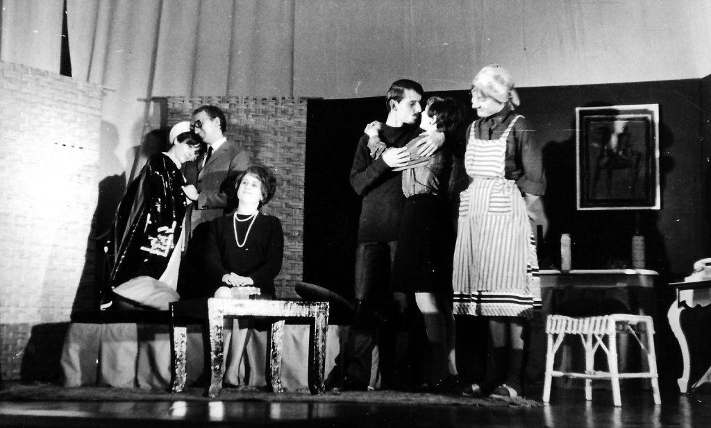 """Das komplette """"Flitterwochen""""-Ensemble: Von Links Eva Schäffer, Erich Erik Göller, Elisabeth Wondrak, Meinrad Nell, Christl Wallner, Barbara Schemeth."""