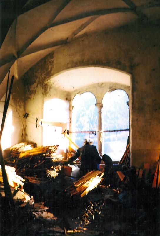 """Die """"Sonnenburg"""" im Pustertal vor der Restaurierung. Der Saal der Äbtissin als Holzlager. Heute werden dort die Vorspeisen oder das Dessert oder die Frühstückstafel serviert."""