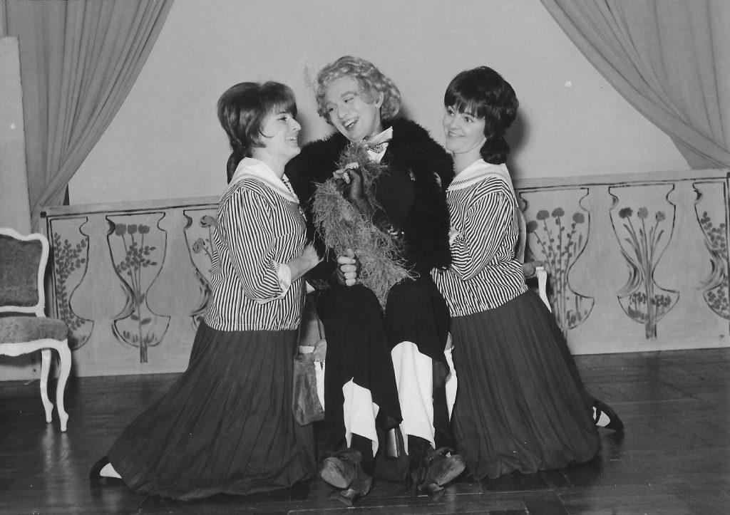 Junges Theater Graz, Charleys Tante von Brandon Thomas. Elisabeth Wondrak, Erich Erik Göller, Eva Schäffer.