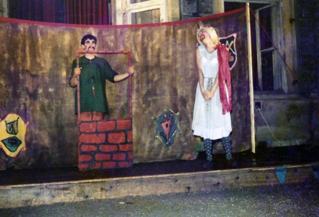 """Kollege Sternik als Mauer und Meinrad Nell (rechts) als Thisbe in """"Absurda comica oder Herr Peter Squenz"""" von Andreas Gryphius im Meerscheinschlößl in Graz."""