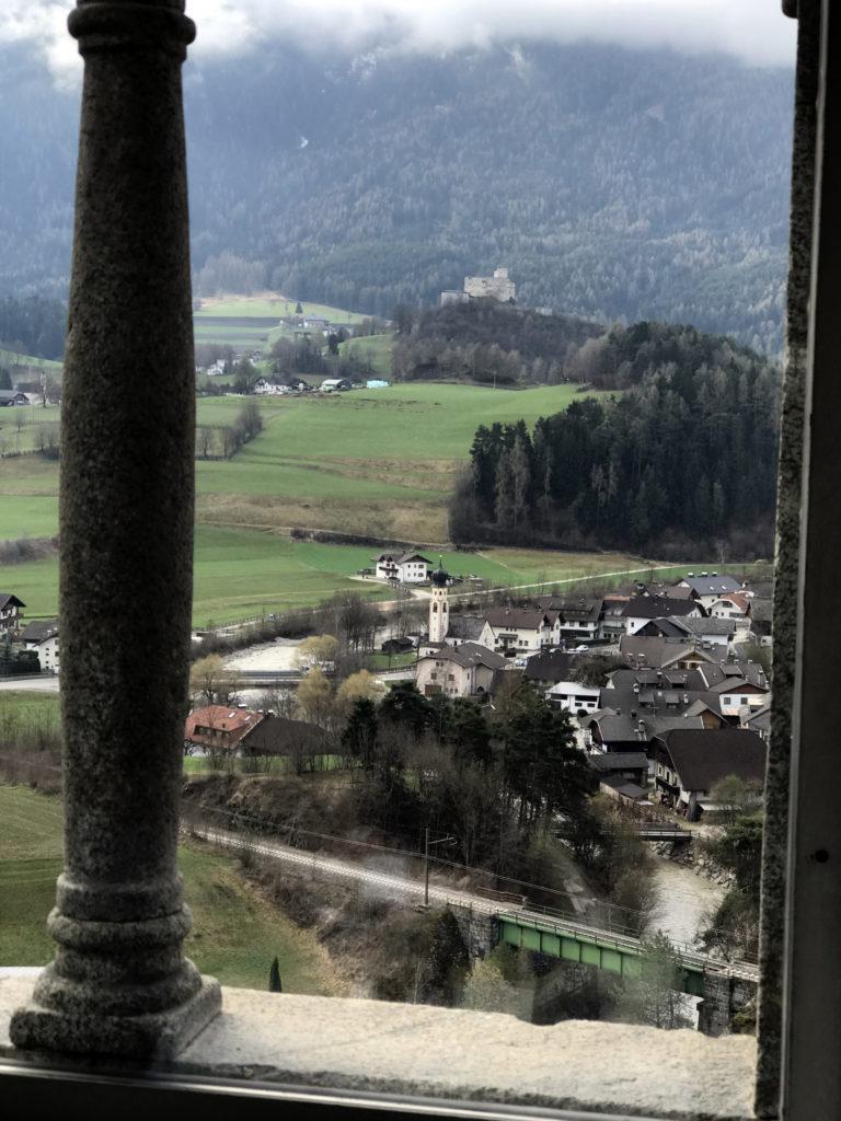 Blick von der Sonnenburg hinüber nach Gaderthurn. Das Wasser der Gader ist charakteristisch milchig-weiss und vermischt sich knapp nach der Eisenbahnbrücke mit den humuröseren Fluten der Rienz. Die Bahnstrecke führt von Lienz bis nach Bozen.