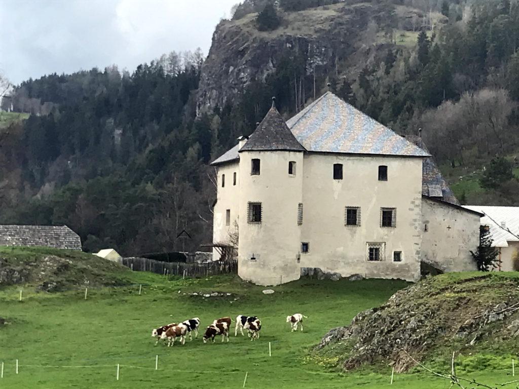 Das Pustertal inklusive Seitentäler steckt voller Geschichte und selbstbewußter Tradition. Ein paar Meter von der Sonnenburg entfernt stolpert man bereits über die Trächtigkeit der Historie.