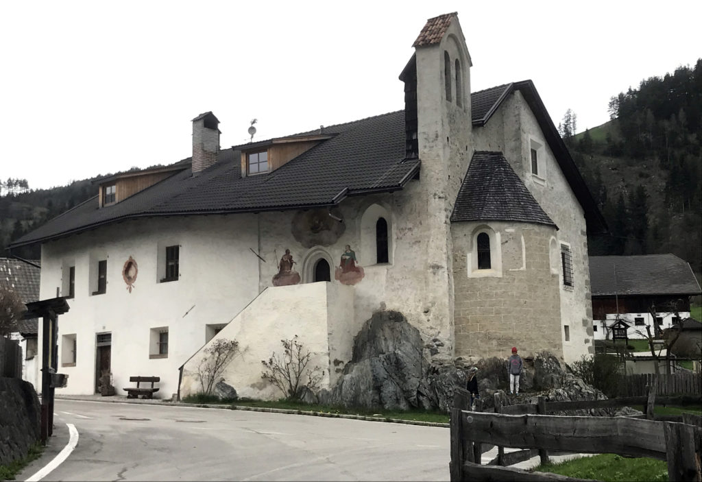 In unmittelbarer Nachbarschaft der Sonnenburg: St. Johann im Spital. Trotz aller Digitalisierung stösst man in Süd-Tirol überall auf gepflegte und gelebte Tradition.