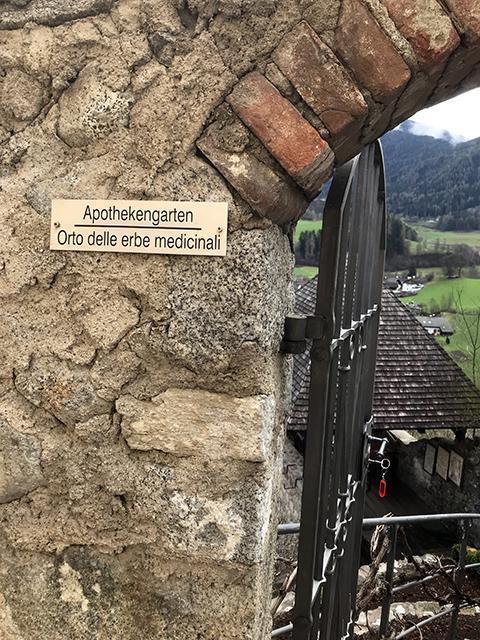Den Verehrerinnen von Hildegard von Bingen ist dieser Garten sicherlich ein Begriff. Zugang hatten nur jene, die für die Küche schufen und schufteten. Der Garten für die Apothekerinnen des mittalterlichen Leibes. Ein Garten auch für die unzählig vielen Seelen des Frauenklosters zur Sonnenburg.