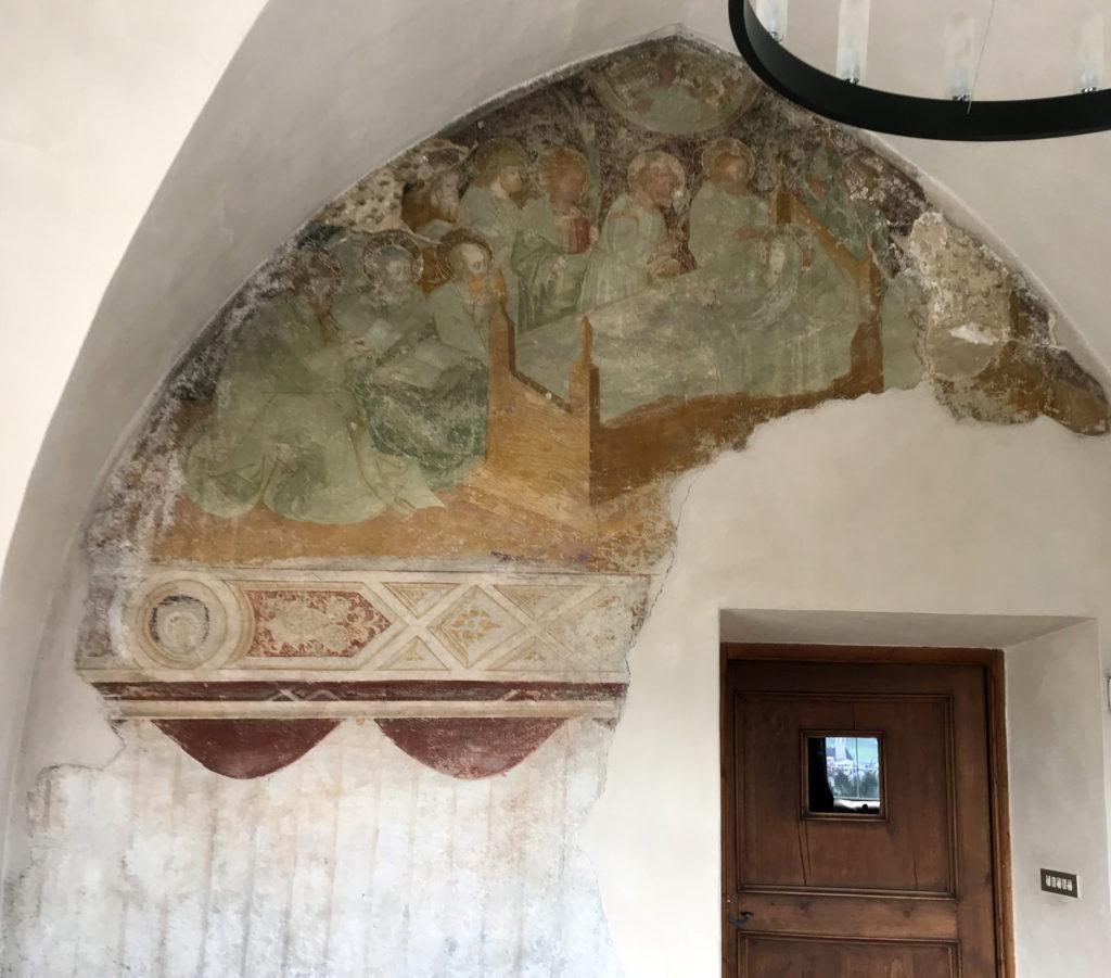 Auch dieses Fresko an einer der Aussenwände der Sonnenburg wurde gerettet. Es war den süd-tiroler Wetter-Unbilden hilflos ausgeliefert. Günther Knötig hat es gerade noch solide eingehaust.