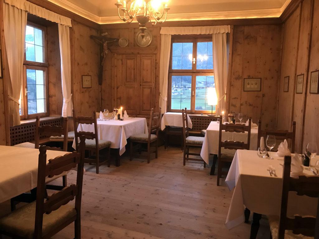 Das Zirbenholz-Stüberl. Nur 50 Jahre liegen zwischen einer ruinösen Sonnenburg und einer beeindruckenden Hotelerie und Gastronomie.