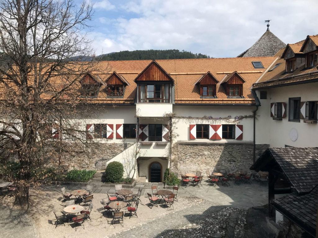 Ein Blick in den frühjährlichen Innenhof der Sonnenburg. Hier kann man schon die ersten wärmenden Sonnenstrahlen des Jahres genießen.
