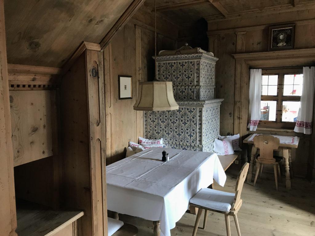 Der Kamin dieses Speisezimmers der Sonnenburg wurde an Hand von aufgefundenen Scherben von einem Brixener Handwerksbetrieb nachempfunden und in mühsamer Handarbeit wieder hergestellt.