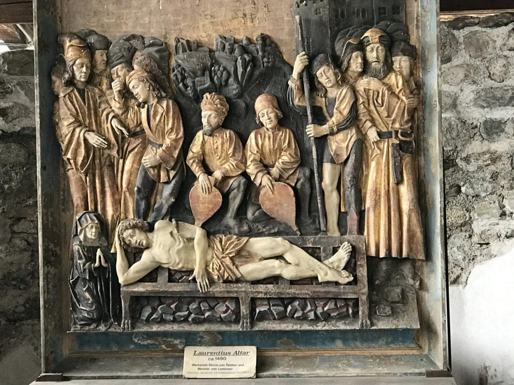 Die Sonnenburg wurde in ihrem ruinösen Zustand natürlich als eine Art Steinbruch verwendet. Die Bevölkerung rundumher brachte freiwillig Gegenstände, die aus der Sonnenburg stammten, im Lauf der Zeit wieder zurück, als sie hörte und erlebte, was da wiedererstand.
