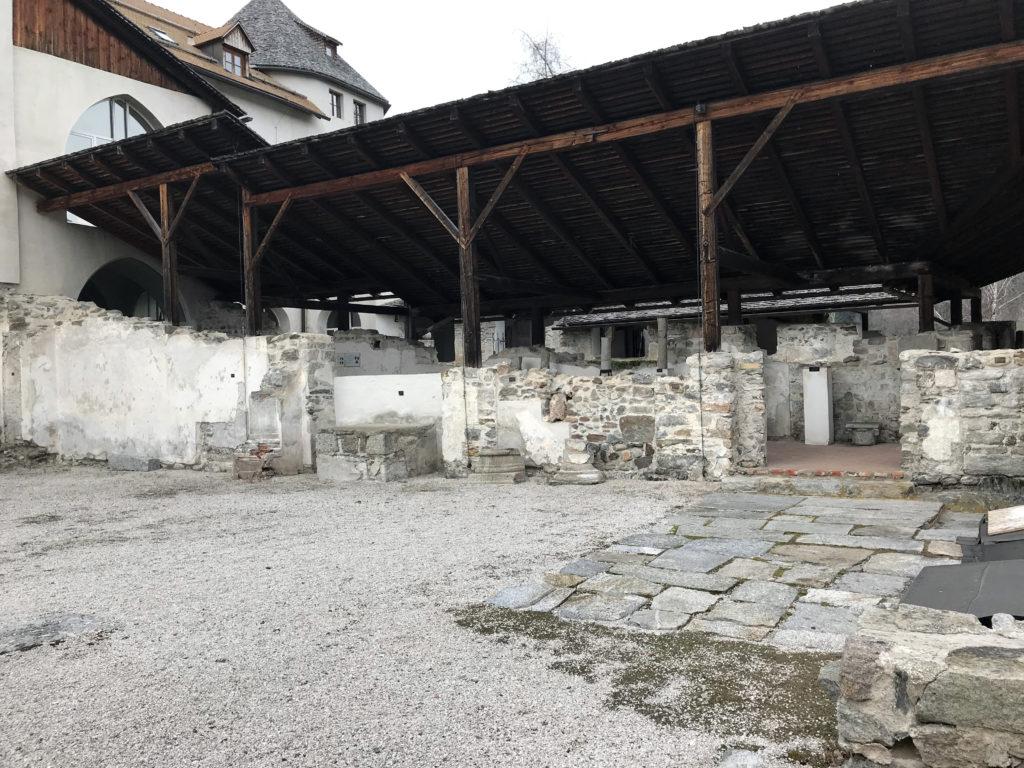Aus einer immer weiter verfallenden Ruine wurde ein Hotel mit seinem gegenwärtigen Angebot. Zur Geschichte des Pustertales und dieses Teils Süd-Tirols gehört diese Sonnenburg unweigerlich dazu.