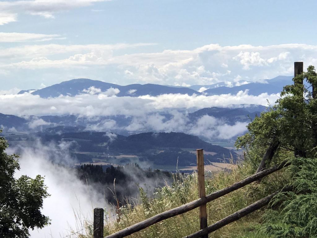 Ein Blick in den Nord-Westen Kärntens vom Troadkasten am Magdalensberg in Kärnten.