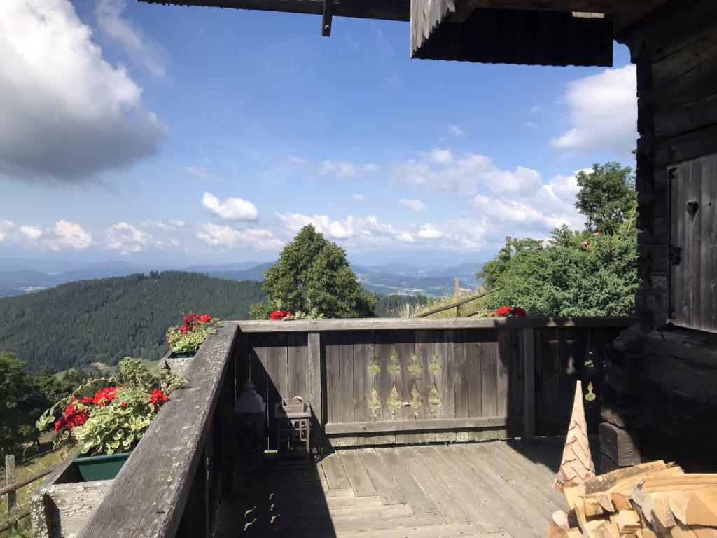 """Dieses wunderschöne Land Kärnten begrüßt die Gäste des """"Troadkastens"""" jeden Morgen auf dem Weg zum Frühstück im Gipfelhaus auf dem Magdalensberg."""