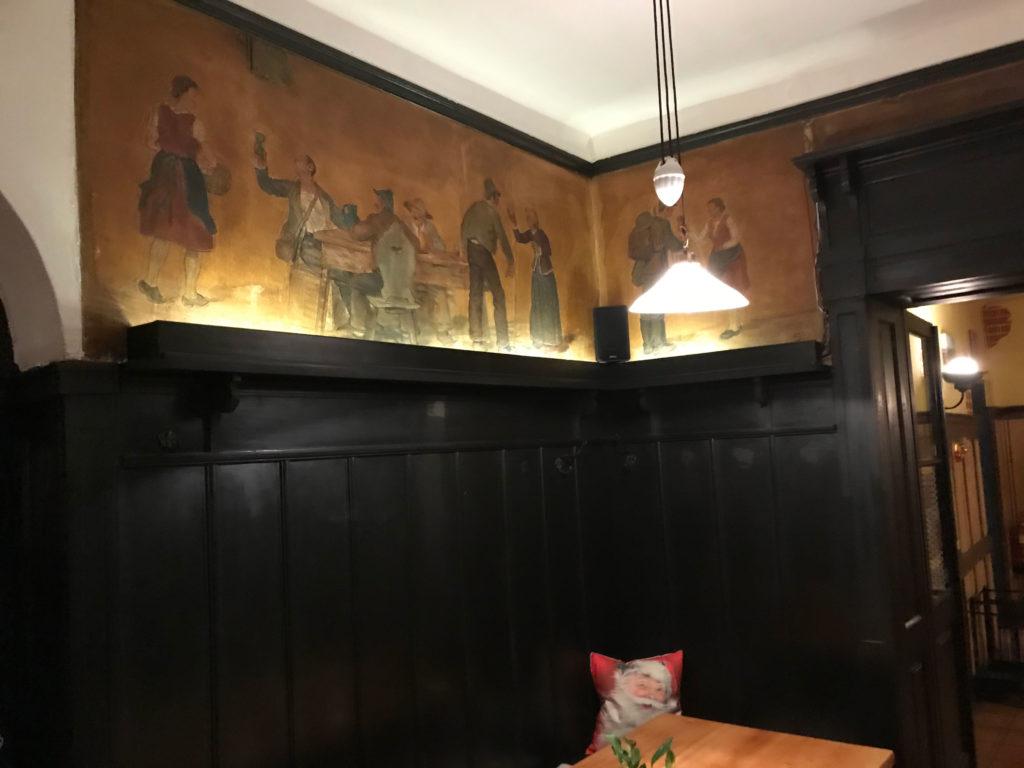 Switbert Lobissers Fresken haben sich mir eingeprägt. Wie oft saß ich unter ihnen oder ihnen gegenüber und starrte gedankenverloren auf sie, bis ich entdeckte, mich mit diesen Fresken zu beschäftigen, ganz intensiv und darüber das Krügerl Bier vor mir zu vergessen.